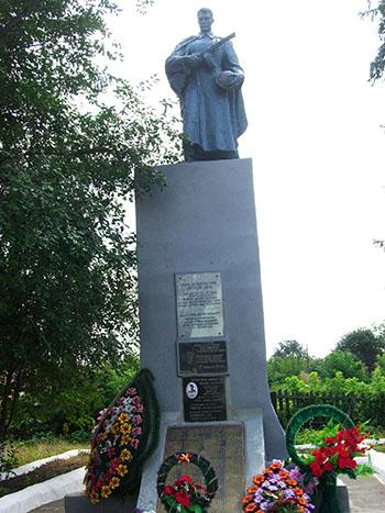 Памятник на братской могиле в д. Пархомовка с мемориальной доской в честь погибшего экипажа бомбардировщика