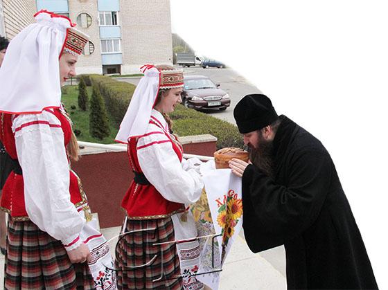 Свое благословение сотрудникам редакции районной газеты «Слава працы» преподал епископ Слуцкий и Солигорский Антоний