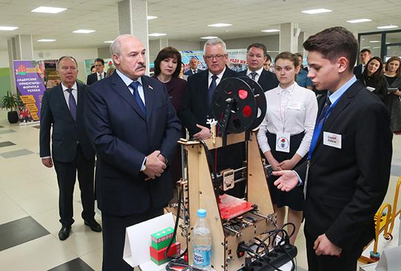 НА СНИМКЕ: учащийся минской гимназии № 6 Данила Елисеев представил Президенту Беларуси Александру Лукашенко собственноручно собранный 3D-принтер