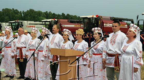 ■ Народный ансамбль народной песни «Спадчына» выступает на «Зажинках»