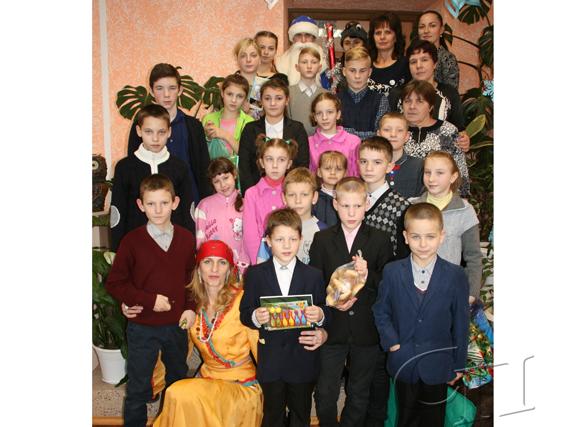 В преддверии Нового года сотрудники районной центральной библиотеки им. А. Астрейко подарили детям, которые воспитываются в домах семейного типа, интересный и веселый праздник