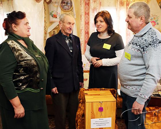 На Копыльщине пожилые избиратели используют возможность голосовать на дому