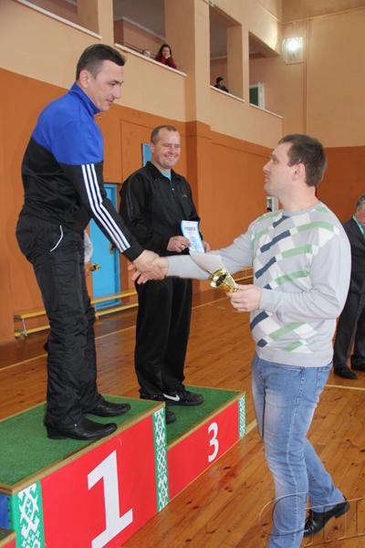 ■ Александр Липницкий награждает победителей в дартсе