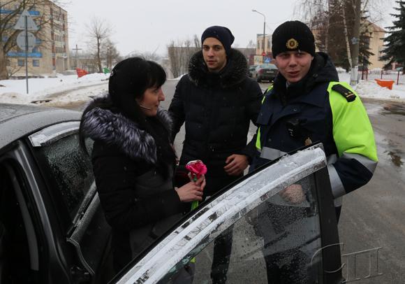 В преддверии праздника 8 Марта в центре Копыля каждая автоледи получала приятные поздравления и подарки