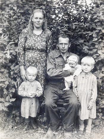 ■ Родители с дочерьми Антониной, Еленой, Зинаидой, 1955 г.