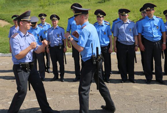 ■ Участковые инспекторы Эдуард Шашкин и Николай Панич показывают приемы самообороны