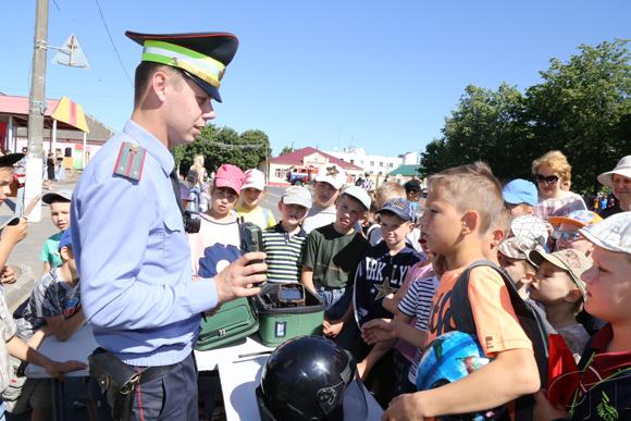В Международный день защиты детей на центральной площади города Копыля прошел фестиваль «Семь цветов радуги»
