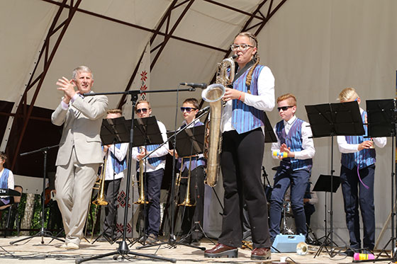 ■ Образцовый эстрадный оркестр Копыльской ДШИ во время празднования 9 Мая