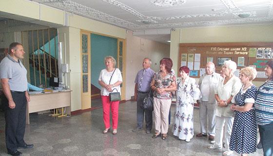 ■ Директор СШ № 2 Дмитрий Романович рассказывает бывшим выпускникам о школе