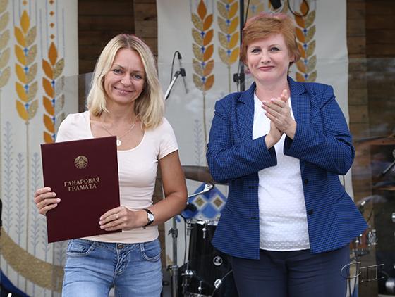 ■ Почетную грамоту Наталье Горбацевич вручает Наталья Якубицкая