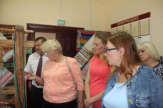 ■ Изделиями ткачества заинтересовались Анатолий Линевич и Ирина Кисляк (слева)