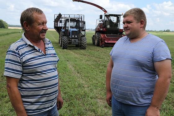 ■ Механизаторы Василий Бондарь и Евгений Костюк