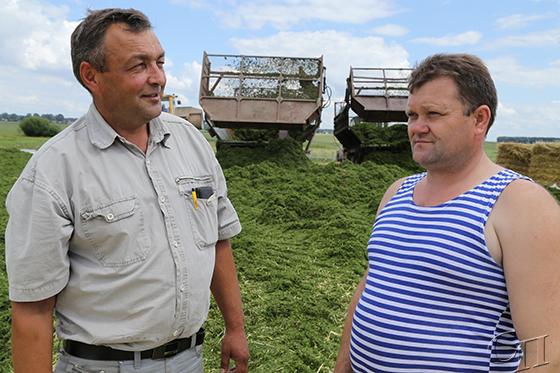 ■ Главный агроном хозяйства Василий Куприянчик ставит задачи механизатору Сергею Пасюку