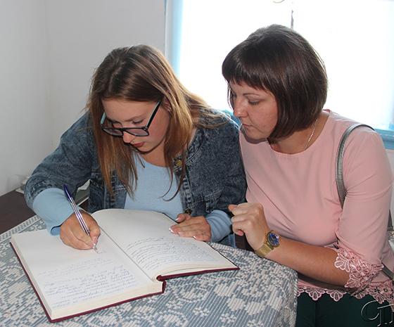 ■ Свои пожелания в Книге почетных гостей оставляют Станислава Силивончик и Владислава Корзун