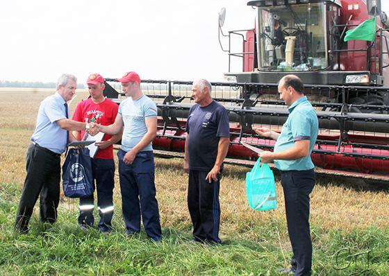 Председатель Минского областного комитета профсоюза работников АПК Михаил Бода поздравил лидеров жатвы
