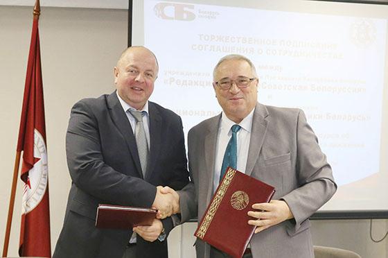 ■  Руководитель «Издательского дома «Беларусь сегодня» Дмитрий Жук и директор Национального архива Андрей Демянюк во время подписания соглашения