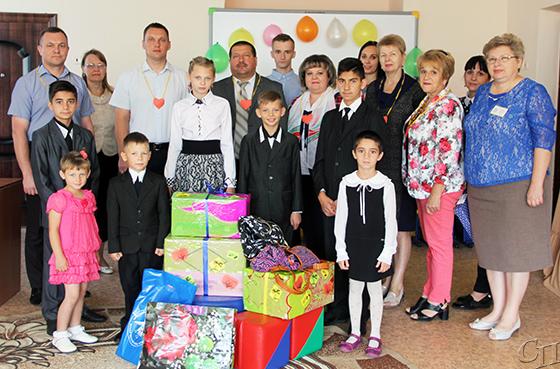 Подарки к 1 сентября получили воспитанники отделения детского СПЦ и многодетные семьи