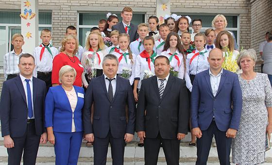 Учащихся Тимковичской СШ с Днем знаний поздравили представители областного и районного исполкомов