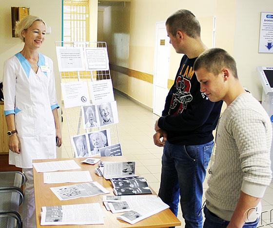 ■ Елена Стасевич беседует с учащимися Копыльского государственного колледжа