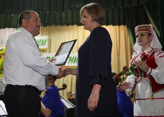 Сотрудники Копыльского опытного лесхоза принимали поздравления на торжественном мероприятии в Районном центре культуры