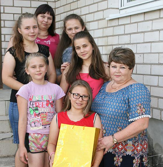 Подарки от депутата парламента Людмилы Нижевич получили многодетные семьи