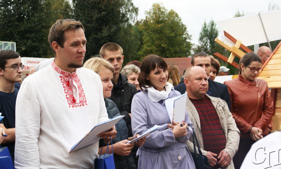 ■ Сям'я Літвіных (справа) сярод членаў журы падчас агляду падвор'яў