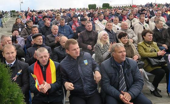 ■ Аляксандр Іваноўскі з ААТ «Піянер-Агра» (першы справа) сярод удзельнікаў свята