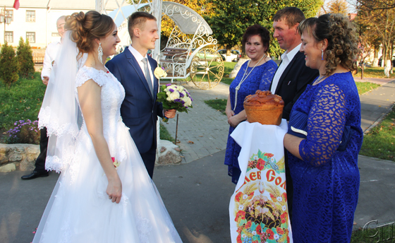 ■ Хлебом-солью встречают молодых родители и гости