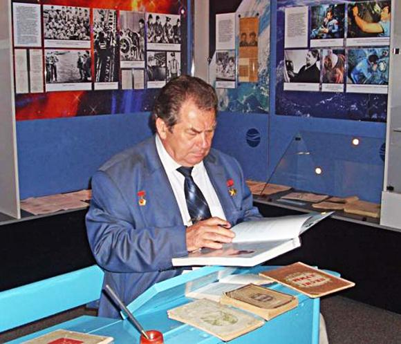 ■ Владимир Коваленок в школьном музее