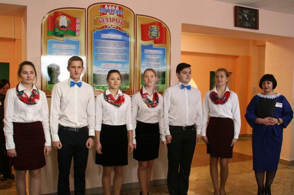 ■ Гостей встречают учащиеся колледжа и Ирина Литвинко