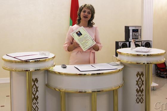 ■ Виктория Траянович вручает поздравительное письмо председателя райисполкома