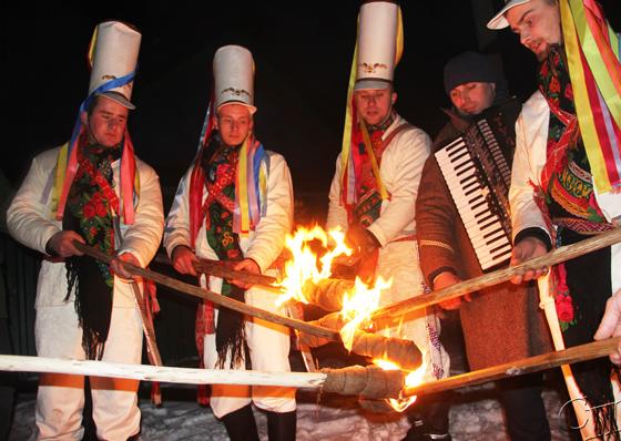 Засияли факелы Царей — факелы жизни: в агрогородке Семежево Копыльского района прошел колядный обряд