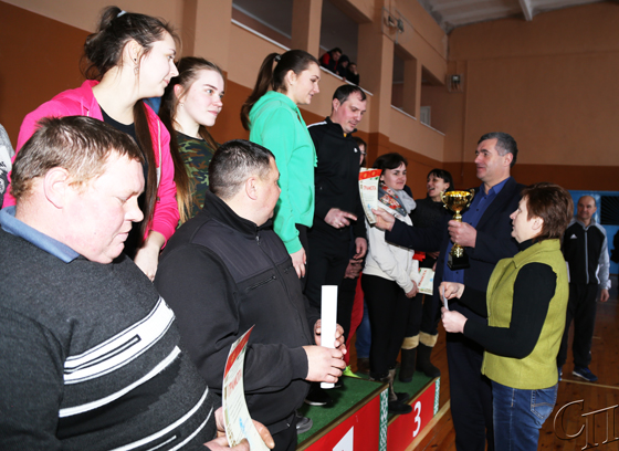 ■ Виталий Ракевич и Ирина Степуро награждают победителей