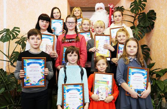 ■ Победители конкурса «БиблиоОлимп» вместе с Дедом Морозом