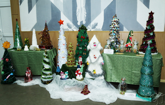 Чей сувенир краше: в Копыльском РЦК на суд жюри представили работы новогодней тематики