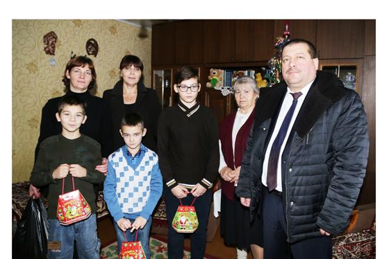 С улыбками и подарками: многодетную семью Натальи Воробей из Копыля поздравили Людмила Нижевич и Анатолий Линевич