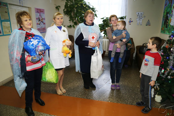 Юные пациенты Копыльской ЦРБ в праздничные дни получили подарки от представителей общественных организаций