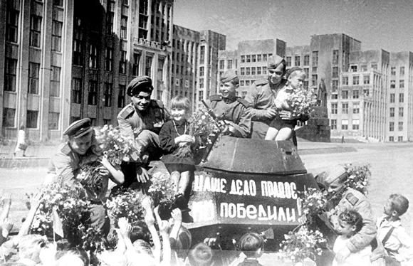 Минск, 1945 год. Встреча советских воинов-победителей.                               Фото В.Лупейко, БелТА.