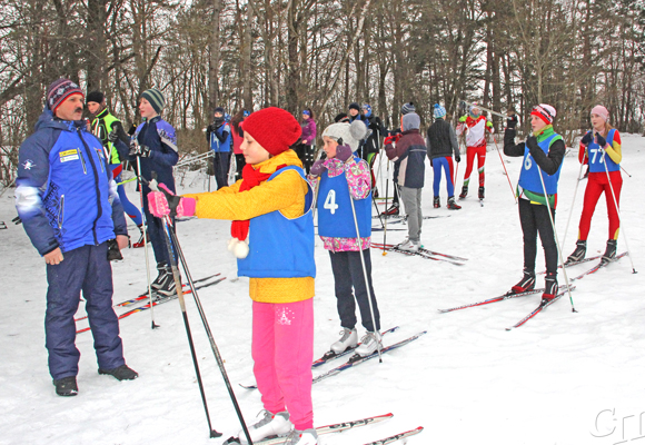 ■ Тренер Анатолий Сенюк перед стартом дает рекомендации юным лыжникам