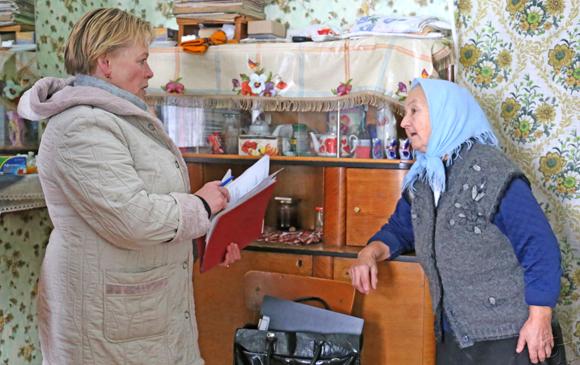 ■ Ольга Куприенко беседует с жительницей аг. Скабин Раисой Александровной Малиновской