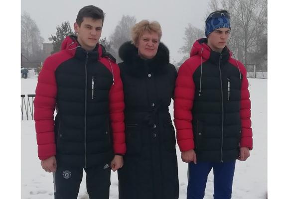 ■ Валентина Кандыбович с сыновьями Даниилом и Кириллом