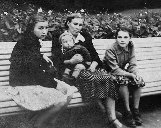 ■ Галіна Пятроўна Лушчыцкая разам з дачкой Ірынай (злева), сынам Сашам  і пляменніцай Аляксандрай, 1954 год