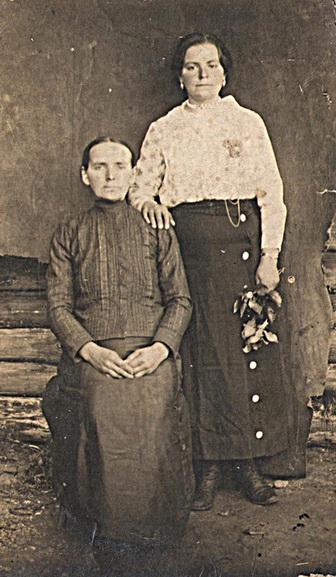 ■ Вольга Пятроўна Аксённік (стаіць) з мамай Ганнай. 1920 г.