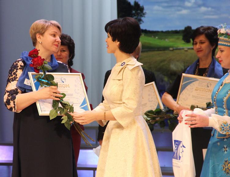 ■ Цветы и Диплом Светлане Малиновской (слева) вручает Светлана Сороко