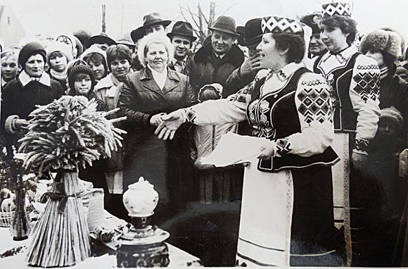 ■ Святкуюць Дзень работнікаў сельскай гаспадаркі. К. Дзятловіч - у цэнтры. Другая палова ХХ ст.