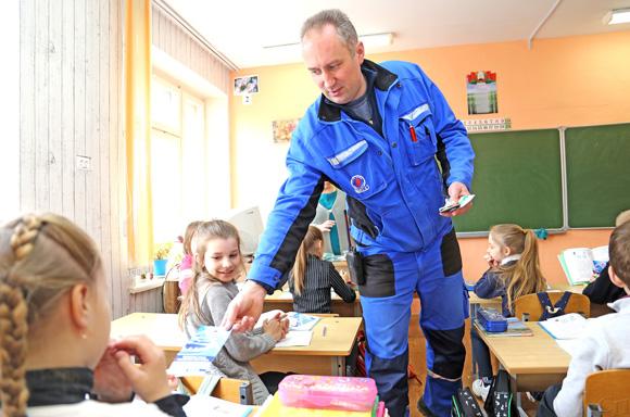 ■ Мастер аварийной службы Копыльского района газоснабжения Андрей Дубровский раздает учащимся младших классов информационные буклеты