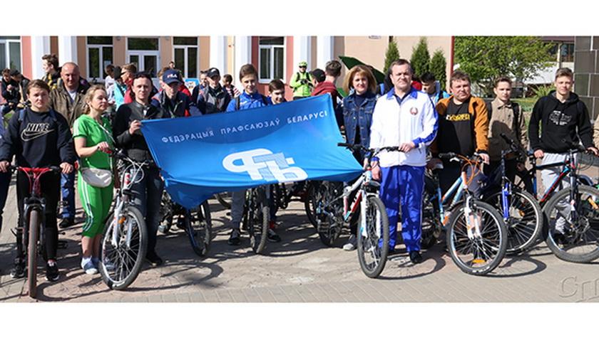 Праздничные мероприятия 1 Мая на площади Ленина в Копыле начались с велопробега