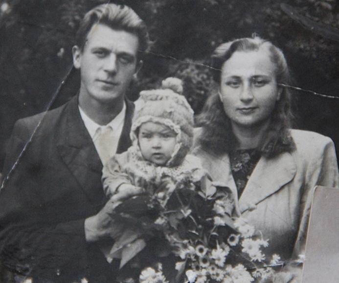 ■ Анатоль Мікалаевіч і Ядвіга Антонаўна разам з дачушкай Людмілай. 1954 год.
