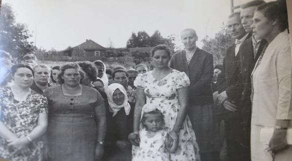 ■ Падчас адкрыцця музея. Першая справа — Зінаіда Раманенка, чацвёртая справа — сястра Кузьмы Чорнага Марыя Карлаўна. 1964 г.