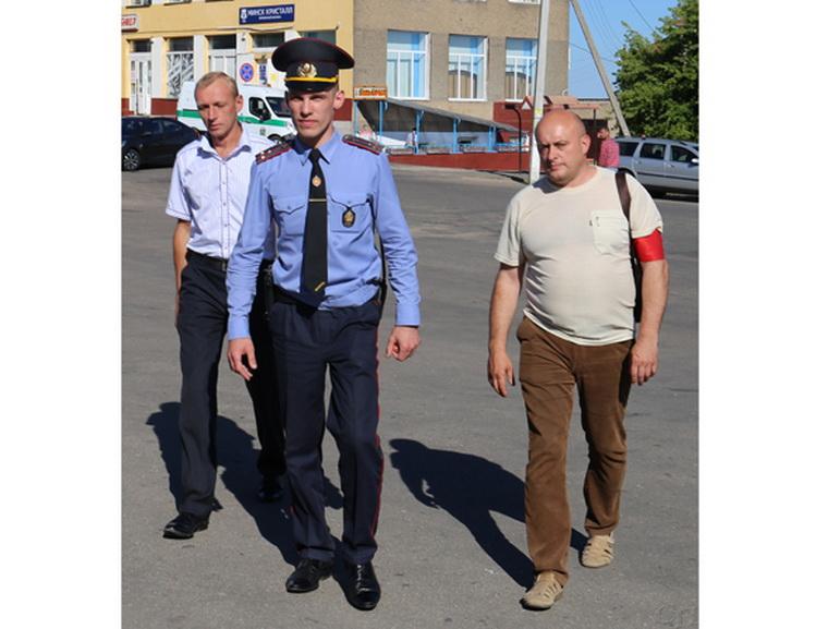 ■ Участковы інспектар міліцыі Мікалай Паніч, дружыннікі Ігар Мазан (злева)  і Іван Гадлеўскі
